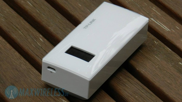 Vorderseite mit Display und Micro-USB Ladeanschluss