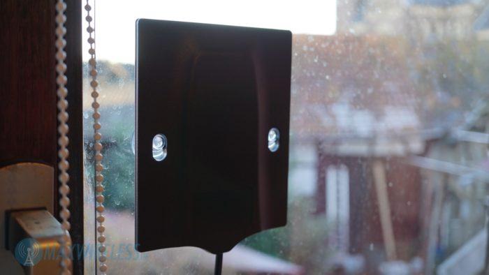 Netgear MIMO Antenne mit Saugnäpfen am Fenster.