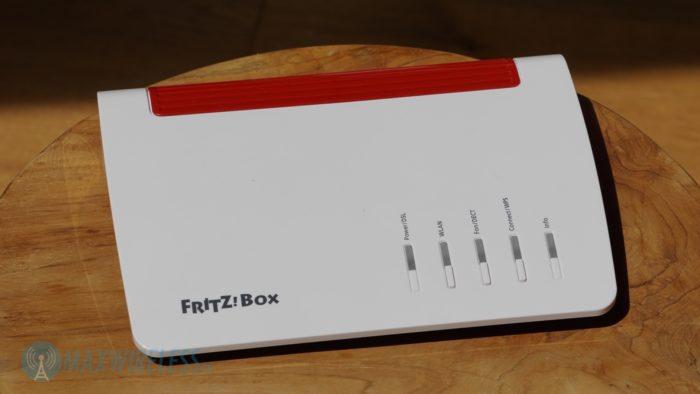 Die AVM FRITZ!Box 7590 im original AVM Design.