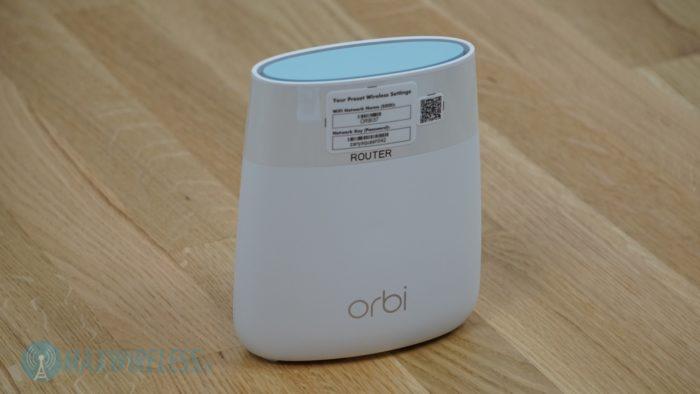 Zugangsdaten und Kennzeichnung am Netgear Orbi RBK20. Bild: maxwireless.de.