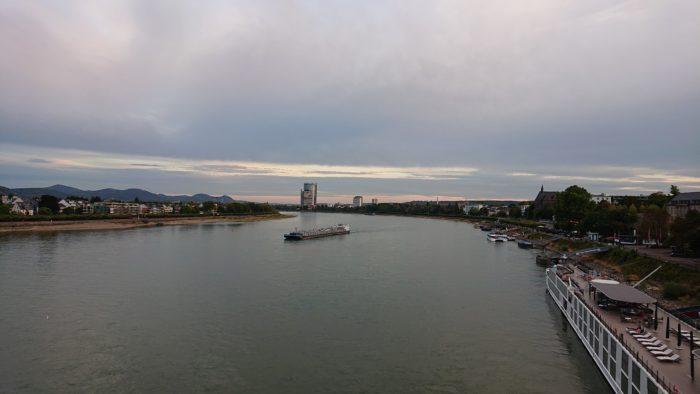 Der Rhein bei Bonn, mit dem Sony Xperia XZ2 Compact bei Dämmerung aufgenommen.