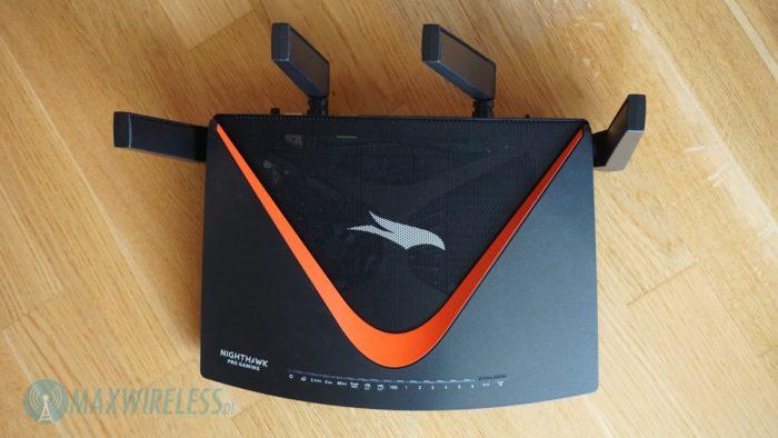 Netgear XR700 von oben mit Lüftungsgitter