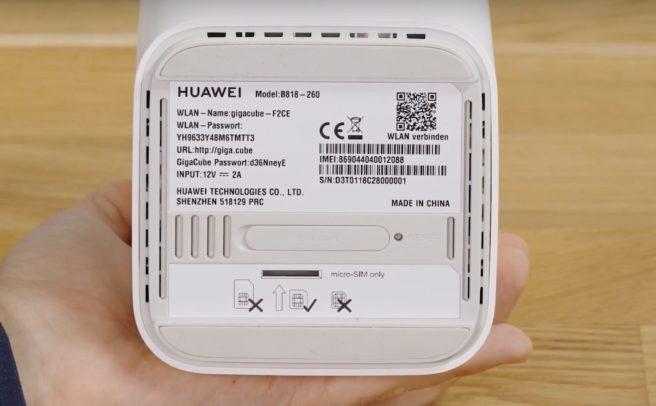 Unterseite des Huawei B818 mit SIM-Schacht.