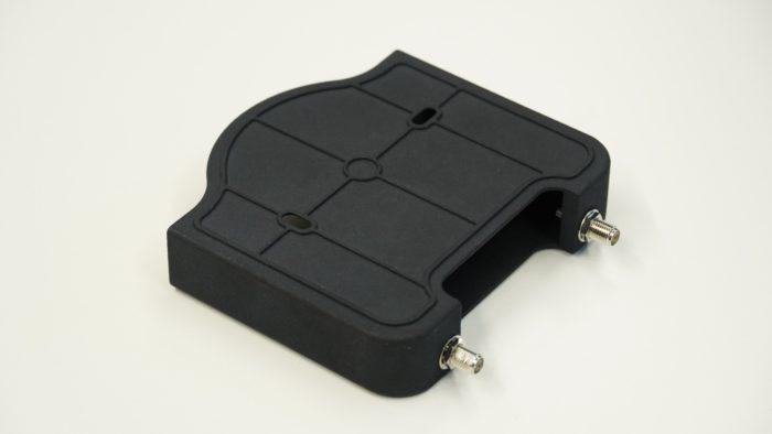 Rückseite des Adapters mit Montagelöchern.