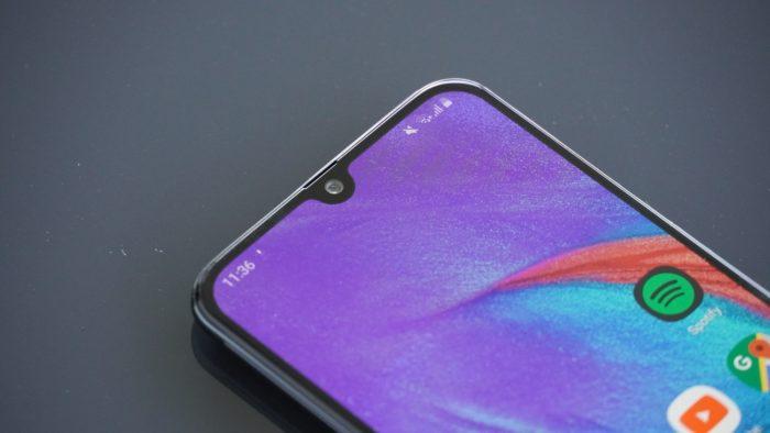 """Frontkamera und """"Notch"""" beim Samsung Galaxy A40."""