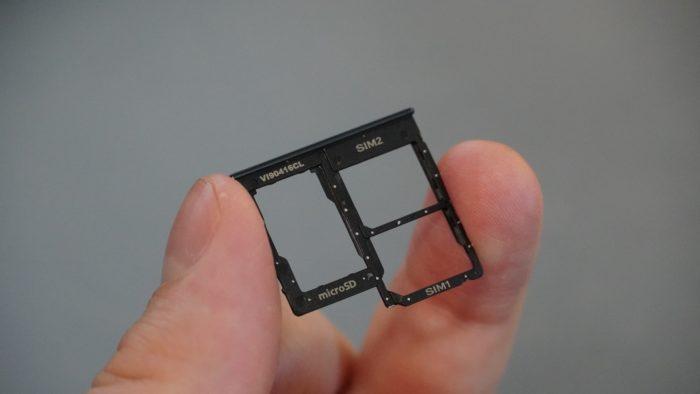SIM-Tray für Dual-SIM und MicroSD Speicherkarte.