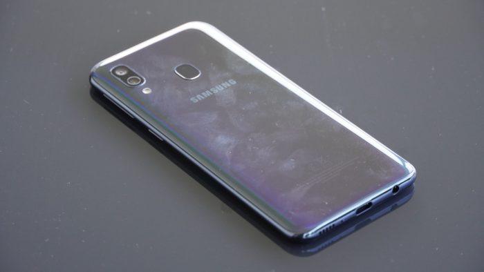 Fingerabdrücke auf der Rückseite des Galaxy A40.