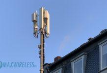 Telekom 5G Antennen auf einem Hausdach.